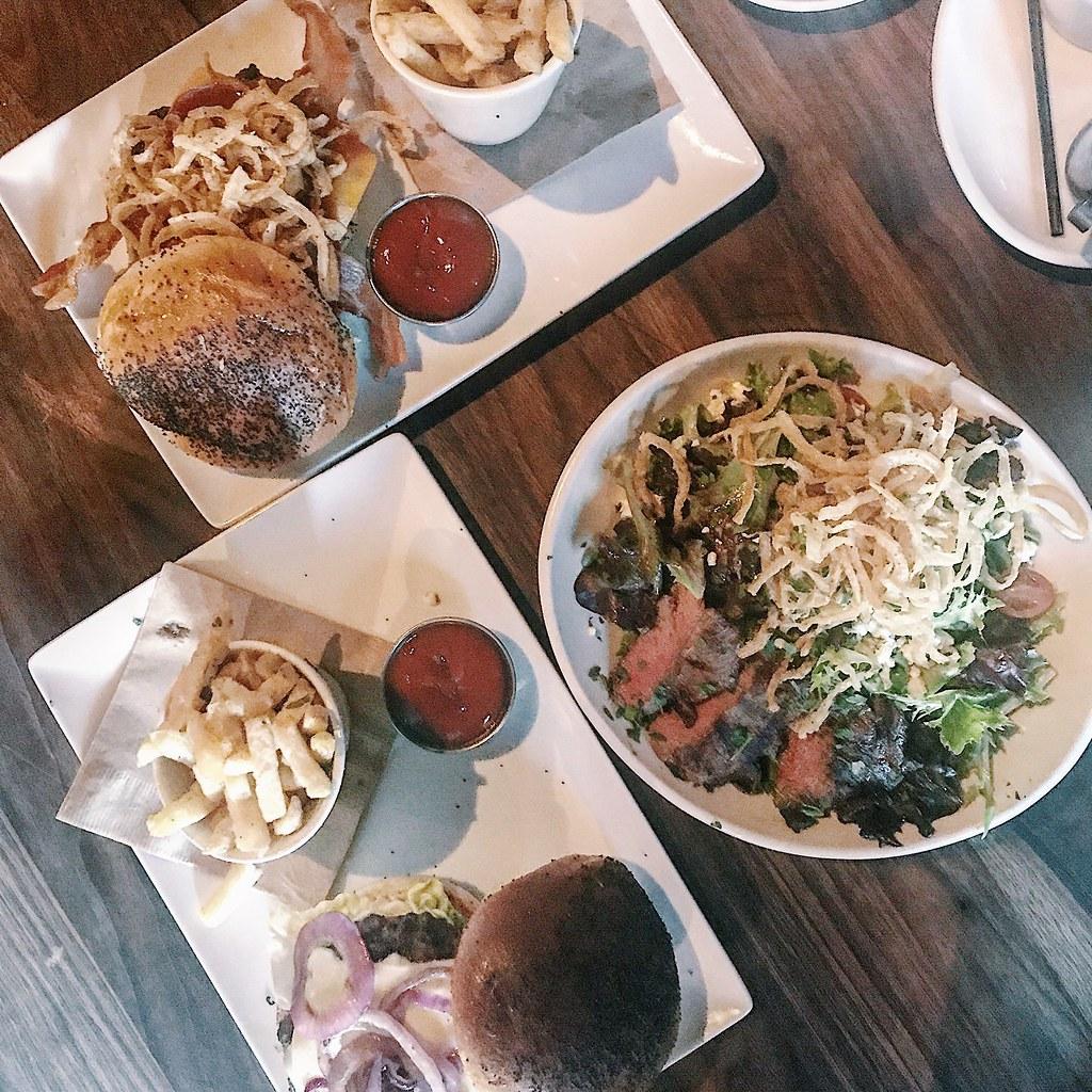 3288-eureka-burgers-salad-foodie-foodieadventure-dinela-foodstagram-clothestoyouuu-elizabeeetht-flatlay