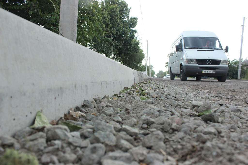 8. Обабіч вулиці дорожники змонтували понад 4 км бордюрів.