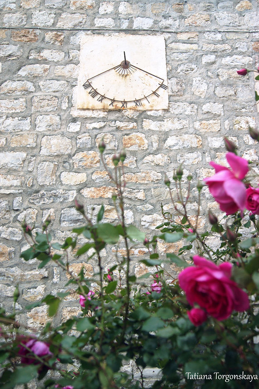 Стена с солнечными часами
