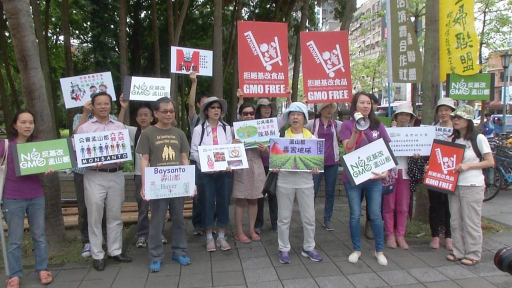 911-1-8 一群媽媽、學者和民眾,響應全球環保團體每年5月20日這天都會發起的反基改行動。