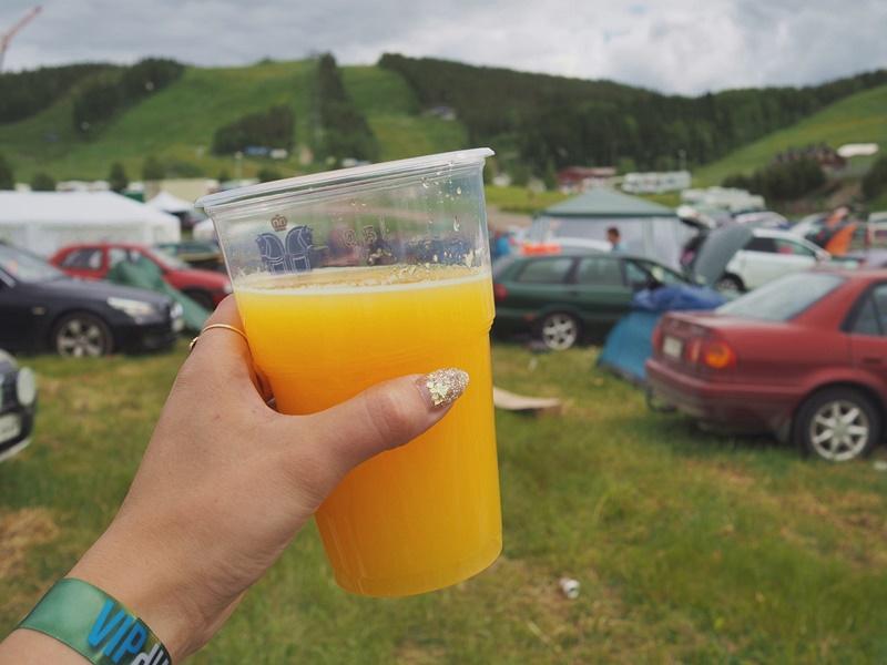 mimosa-festarielämä-teltta-drinkki