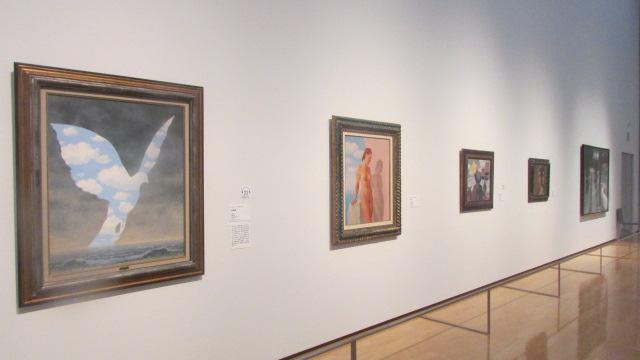 ルネ・マグリットの《大家族》手前(1963年、宇都宮美術館)などの展示会場.