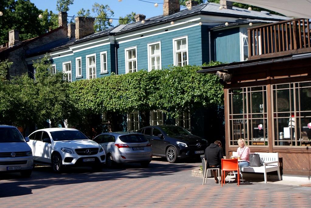 Bon là on dirait un parking mais les week-ends, c'est un marché.