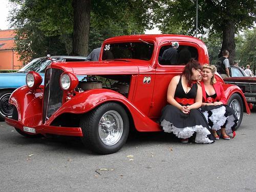 Två damer på fotsteget till 1933 Chevrolet 3-fönsterkupé.