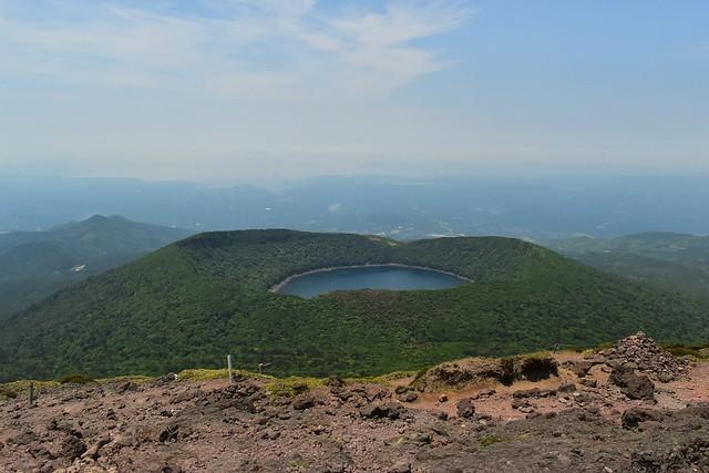 韓国岳山頂から望む大浪池