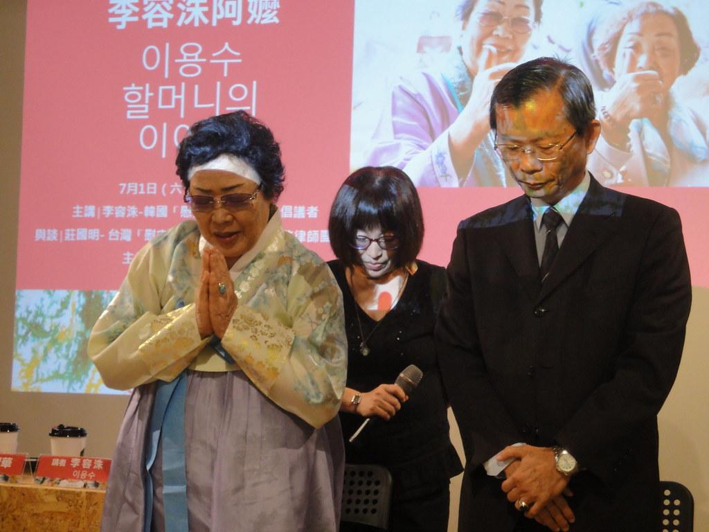 李容洙和律師莊國明(右一)為蓮花阿嬤致哀。(攝影:張智琦)