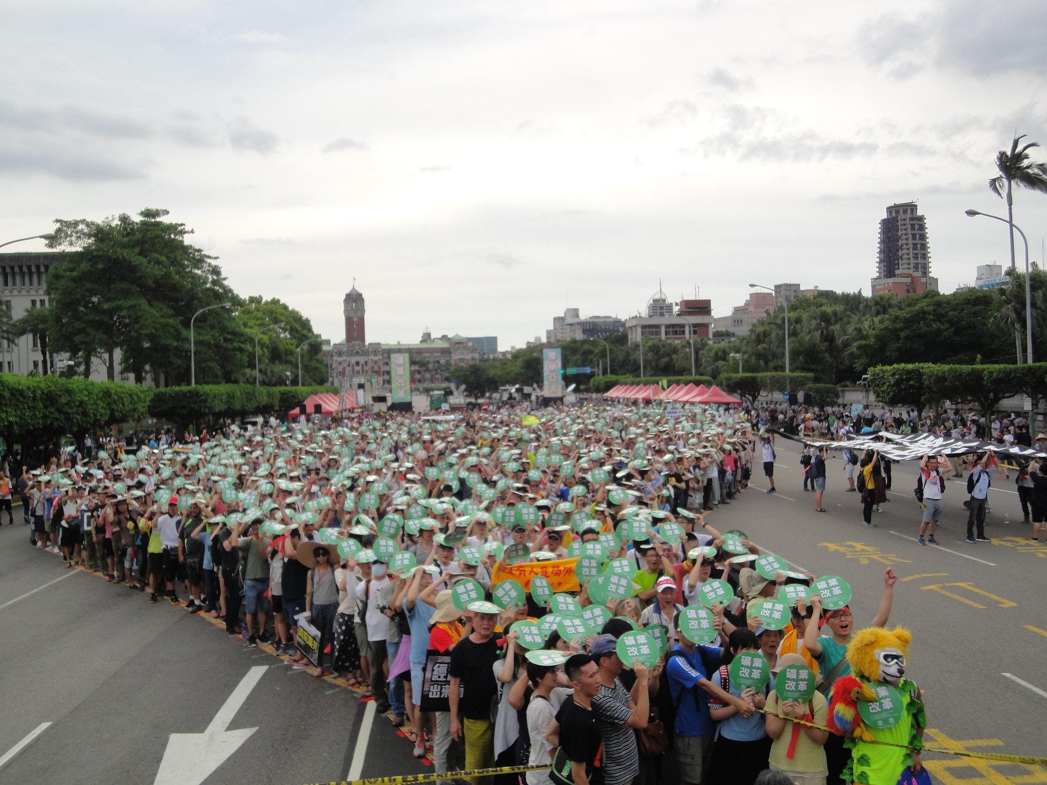 遊行群眾在凱道排成台灣形狀,要總統「看見台灣」、搶救太魯閣。(攝影:張智琦)