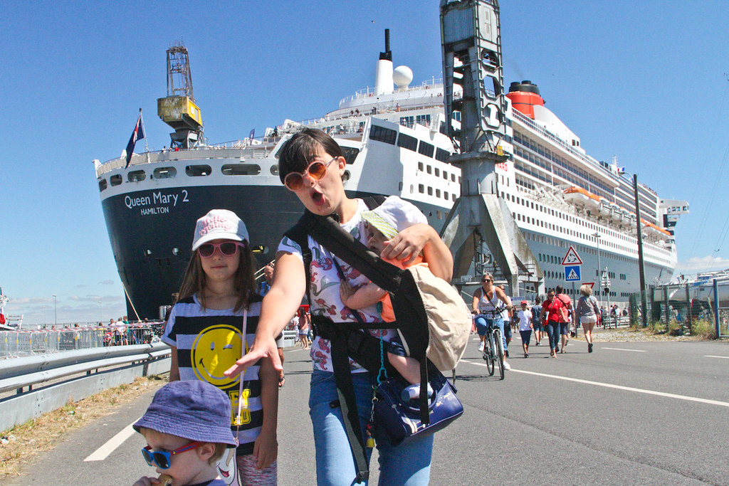 La famille canaille devant le GROOOOS Queen Mary 2