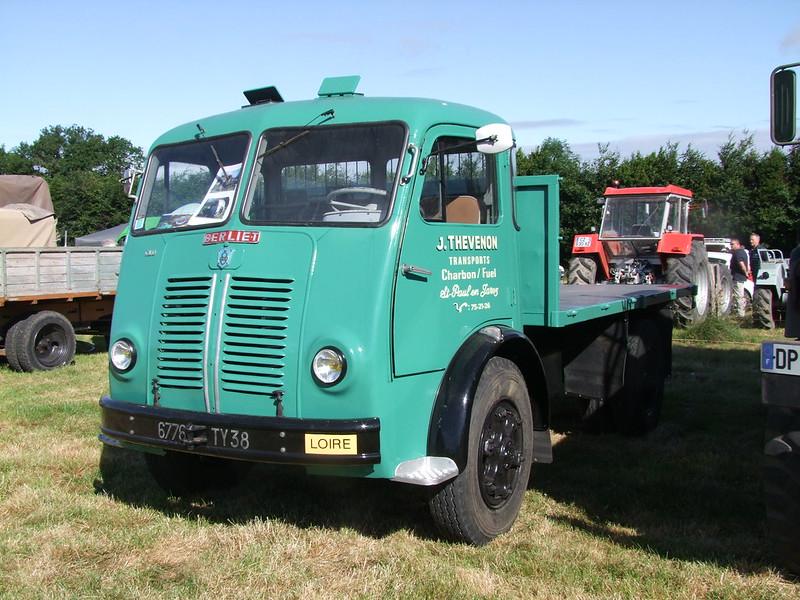 Rassemblement de camions anciens en Normandie 35143566290_bdfc6289b3_c