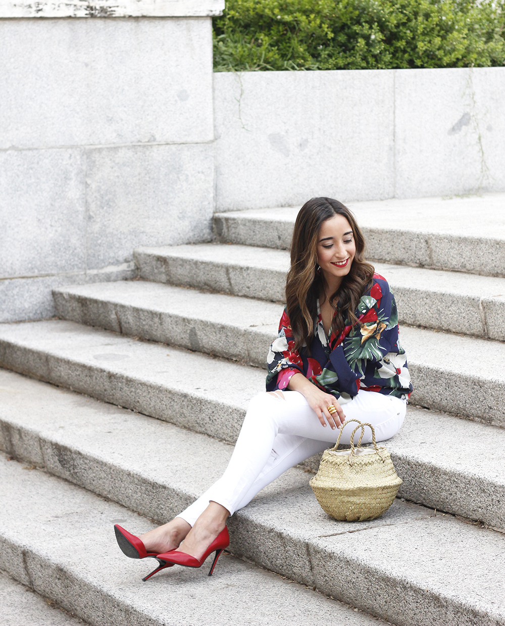 Tropical shirt ripped white denim jeans red heels summer outfit02