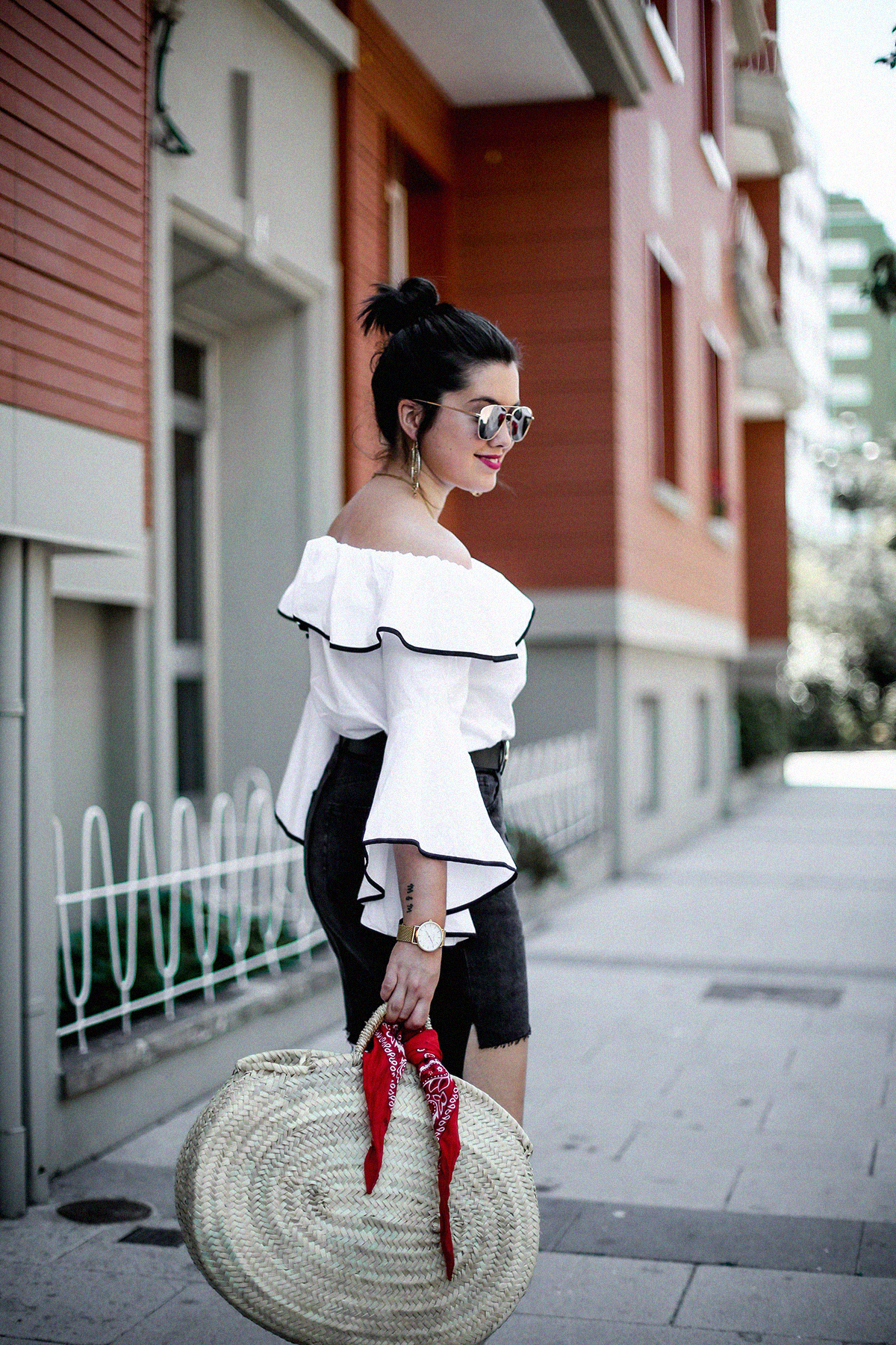 ruffle-top-off-shoulder-sunper-sunglasses-basket-bag-look7