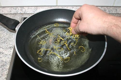 31 - Zitronenschalen-Abrieb in Pfanne geben / Add lemon zest