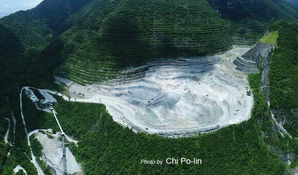 導演齊柏林過世後,一句「亞泥,比五年前我拍看見台灣的時候挖更深了」使亞泥爭議再度受到社會注目。(圖片來源:多羅滿賞鯨;攝影:齊柏林)