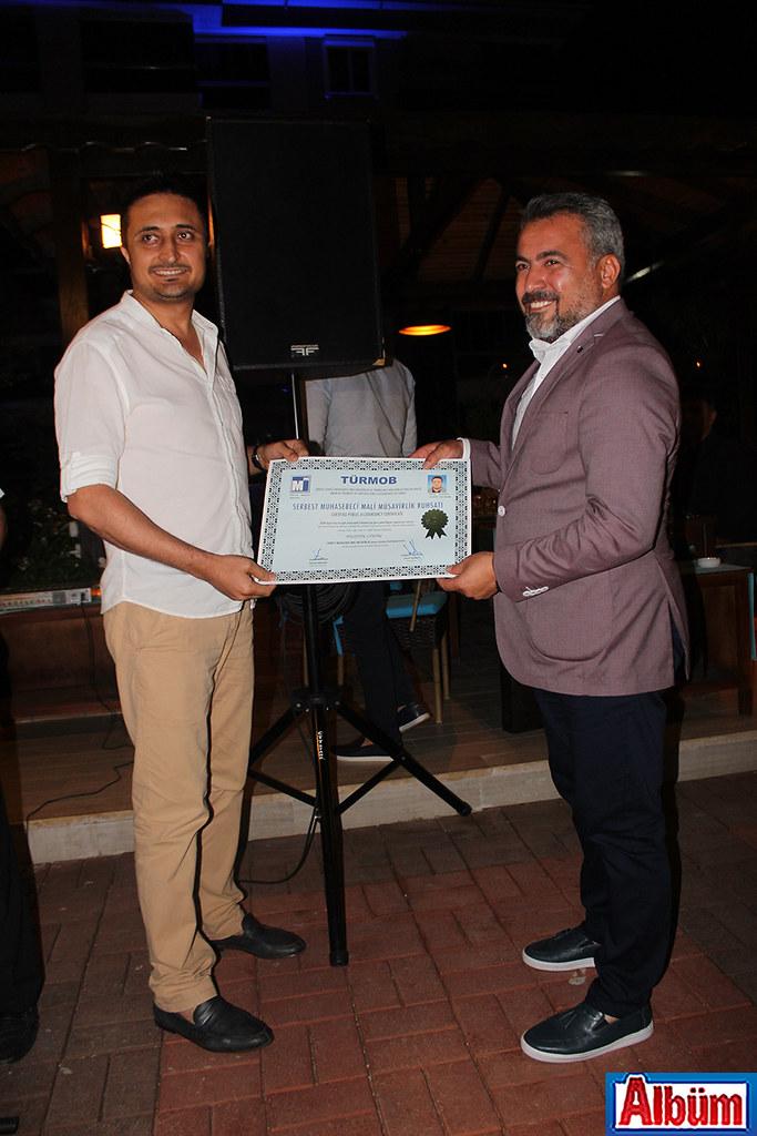 Sınavı kazanıp Mali Müşavir olmaya hak kazanan Hüseyin Çintaş sertifikasını Başkan Kerim Gökçeoğlu'ndan aldı.