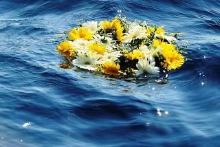 08/07/2013 Lampedusa, la corona di crisantemi lanciata in mare aperto dal papa, in ricordo di tutti i migranti che hanno perso la vita durante le taversate.