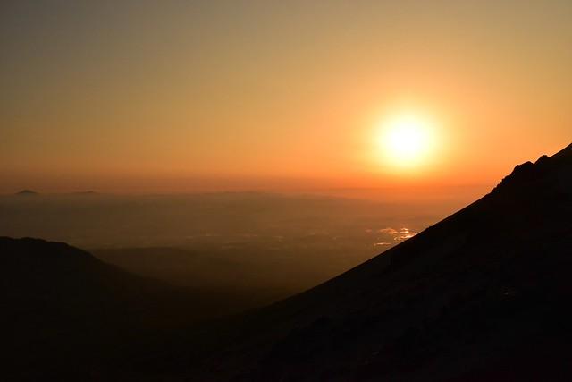 高千穂峰から迎える朝日