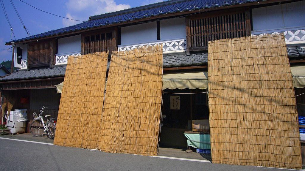 檸檬瓦斯邀集社區發揮創意,嘗試將野草做成遮陽簾和綠屋頂。(圖片來源:wiki)