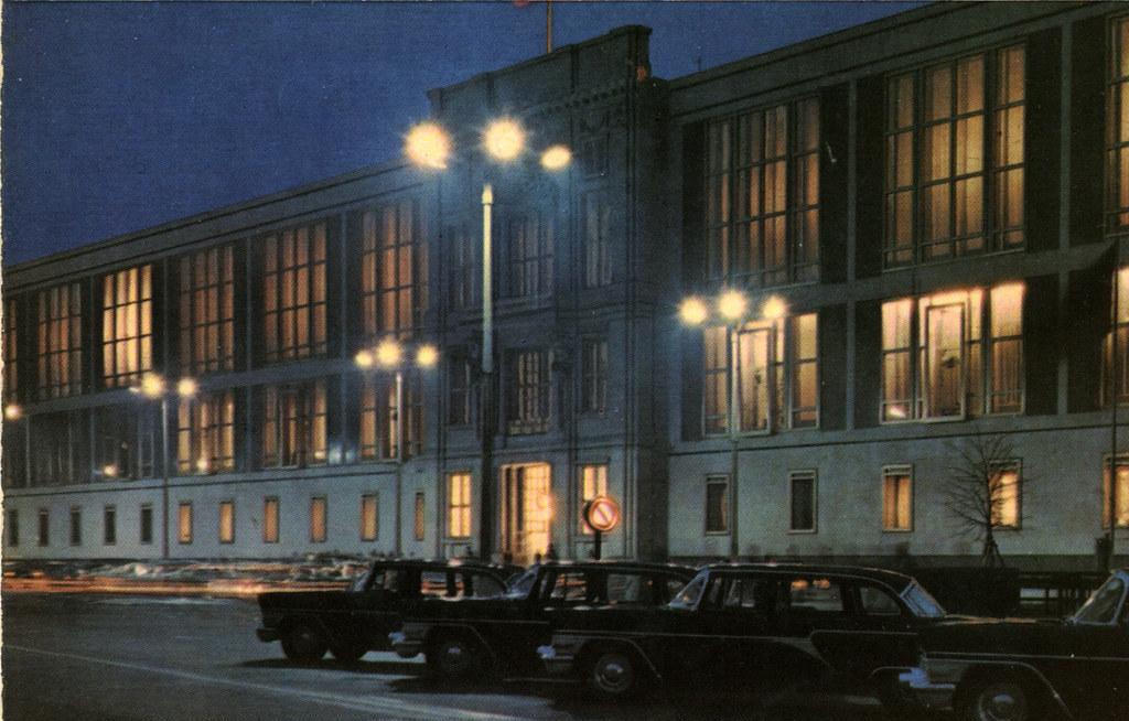 Voici un rassurant bâtiment dans Berlin-est à la tombée de la nuit.