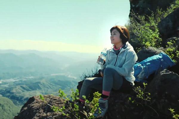 宇多田ヒカル「サントリー天然水」新CM、岩に腰かけ眼前に見下ろす奥大山の山々