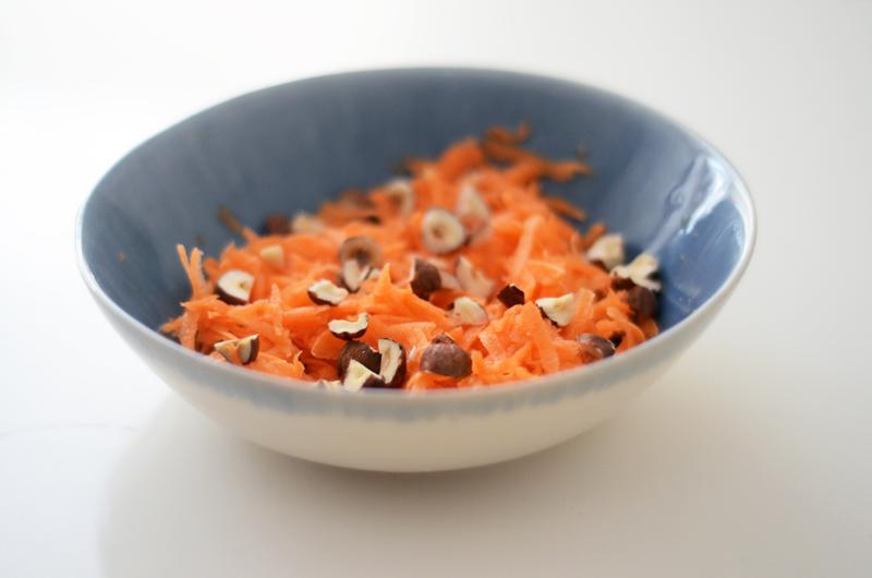 Quiche de brócolos e beterraba (com salada de cenoura e avelãs)