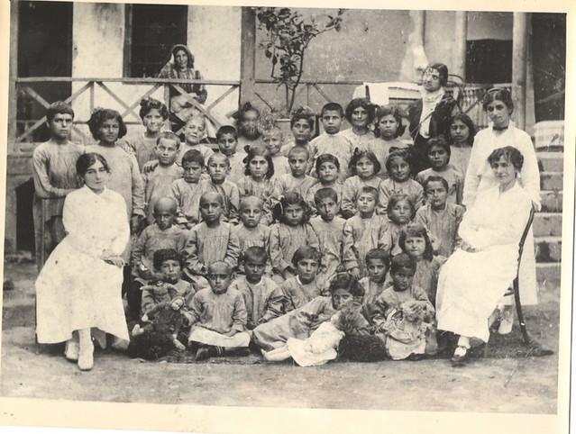 Որբանոցի երեխաները, որոնք մտերմացել էին Վահան Տերյանի հետ, լուսանկարը տրամադրել է Գ. Էմին-Տերյանը