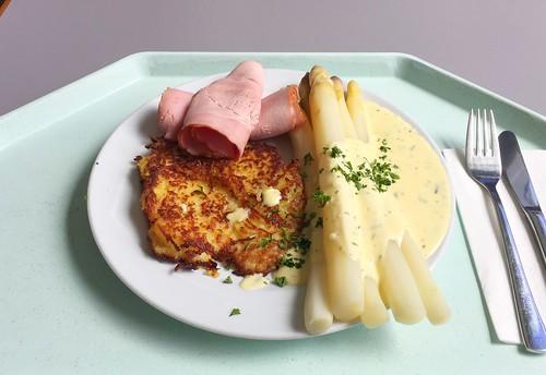 Fresh asparagus with ham, potato patty & Bernaise sauce / Frischer Spargel mit Schinken, Kartoffelplätzchen & Sauce Bernaise
