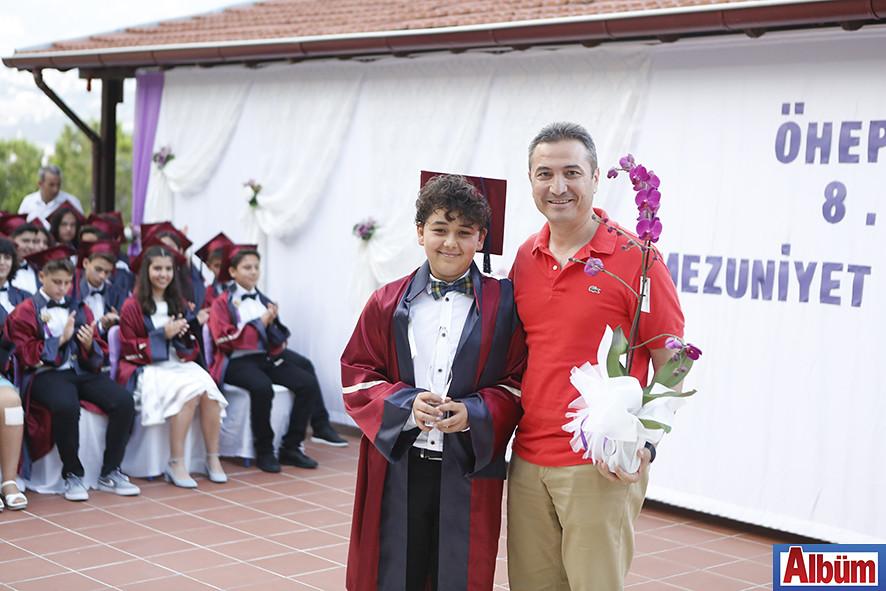 Okul birincisi Sarp Uysal, plaketini İlçe Milli Eğitim Müdürü Hüseyin Er'in elinden aldı.