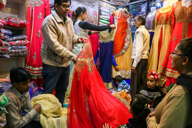 People in a dress shop, Old Delhi, India オールド・デリー ドレス屋さんの人々