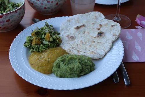 Broccoli-Salat, Mango-Dip und Broccoli-Dip mit Fladenbrot (als Vorspeise beim gemeinsamen Kochen mit Freunden)
