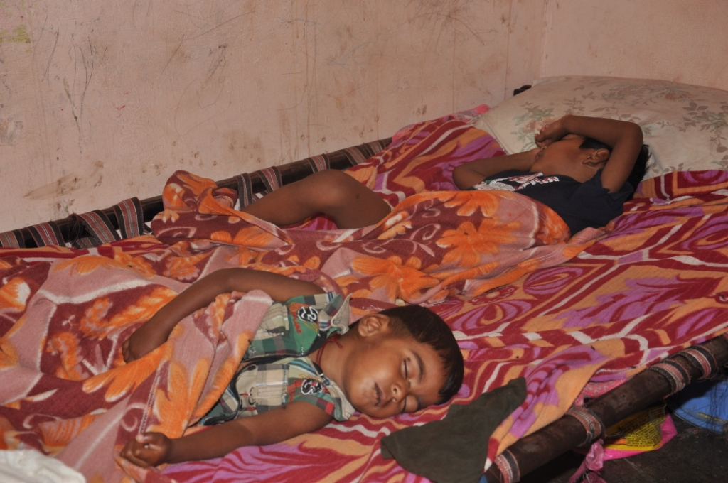 गर्मी के मौसम में बिना पंखे में सोये छोटे बच्चे
