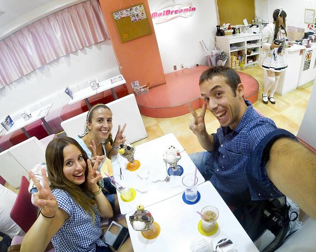 Con una de las camareras del Maid Café de Tokio en el que comimos