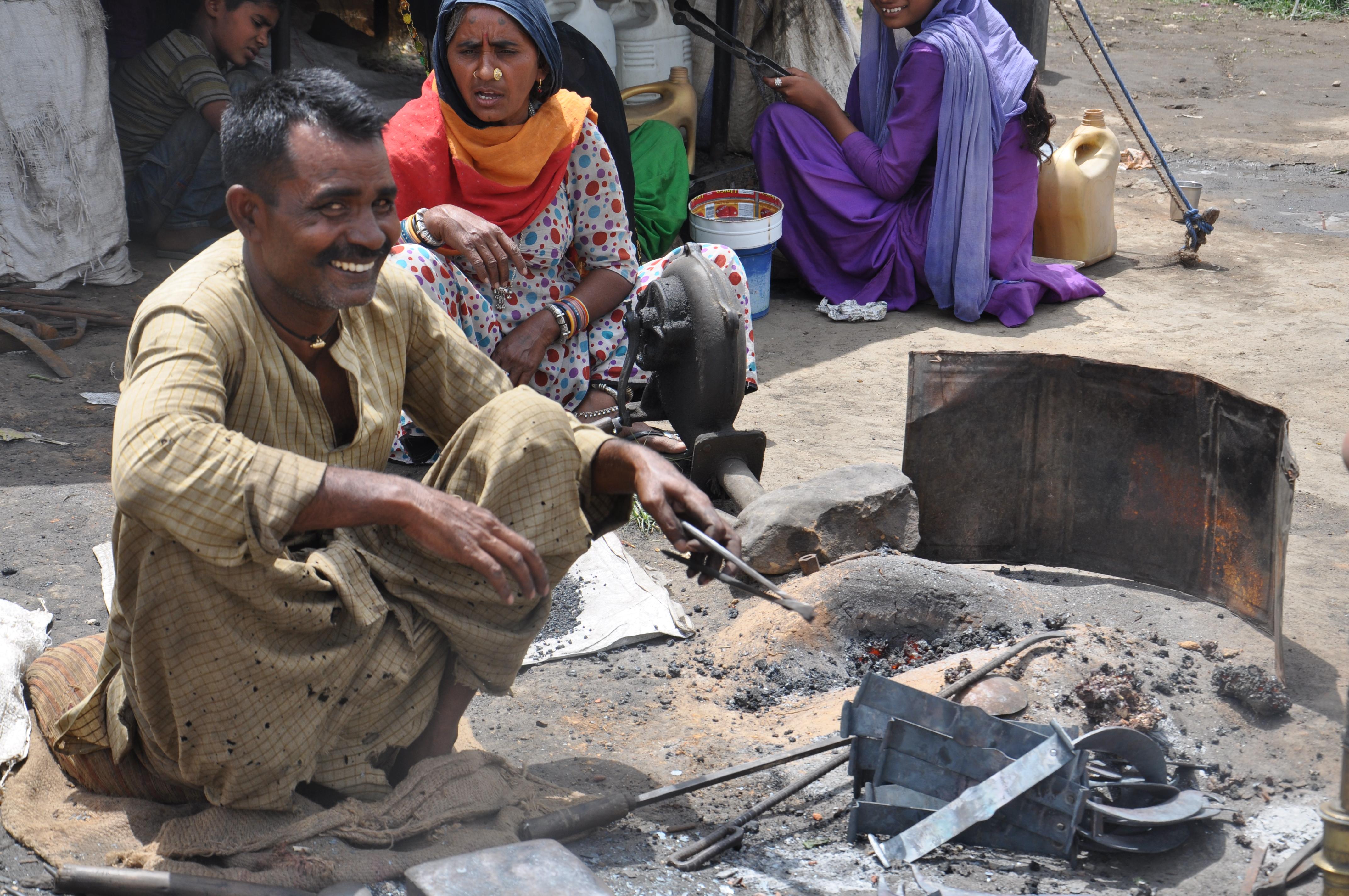 बलवीर उम्र 48 साल हिमाचल प्रदेश में काँगड़ा जिला के भनोई गावं में लोहे का कार्य करते हुए
