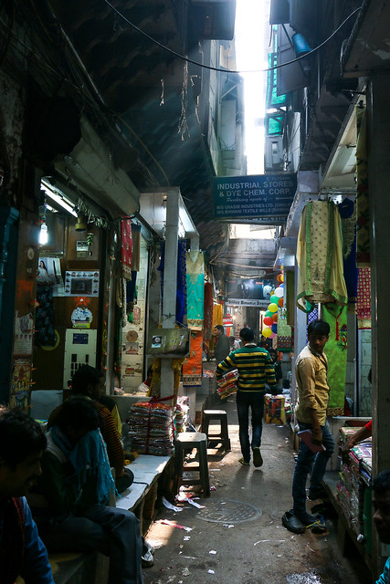 An alley in the market, Old Delhi, India オールド・デリー バザールの路地