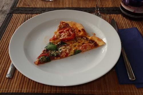 Pizza mit frischen Tomaten, Käse und Basilikum (2. Stück)