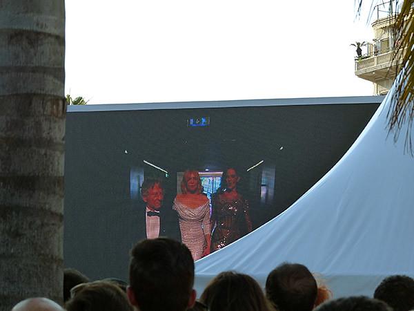 entrée de Polanski dans le grand théâtre lumière