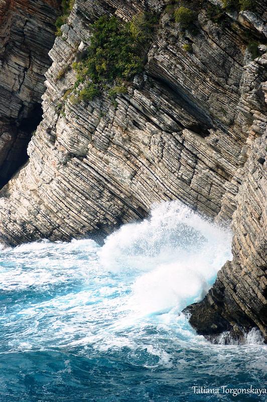 Фрагмент скалы и море