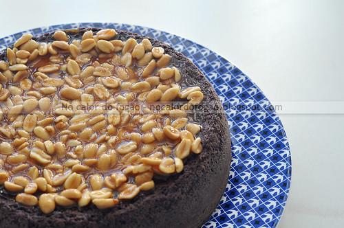 Bolo brownie com cobertura de caramelo e amendoim