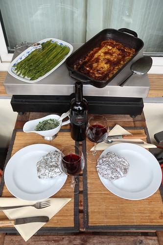 Nebraska Beef Steak mit Spargelsalat und Kartoffelgratin (Tischbild)