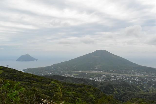 八丈島・三原山からの八丈富士と八丈小島