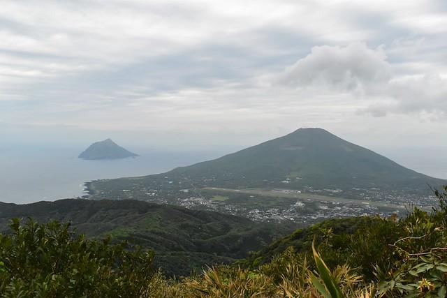 三原山から見る八丈富士と八丈小島