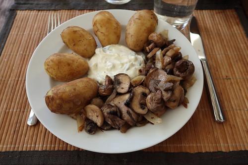 Neue Kartoffeln mit Pilzpfanne und einem Dip aus Crème fraîche
