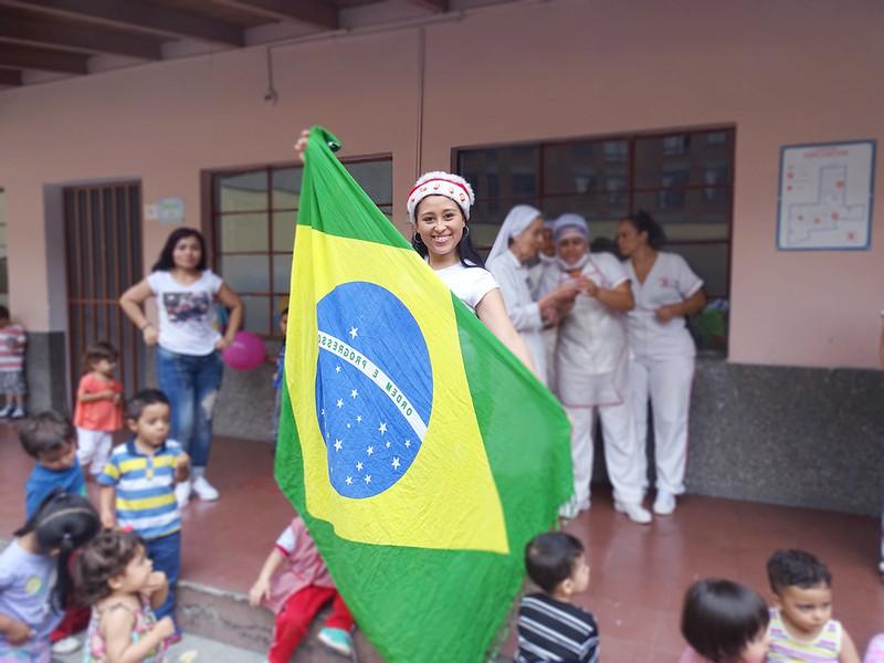mulher com bandeira do brasil
