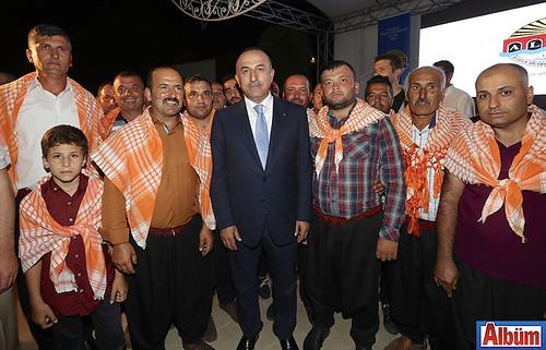 Dışişleri Bakanı Mevlüt Çavuşoğlu, hemşerileri ile hatıra fotoğrafı çektirdi.