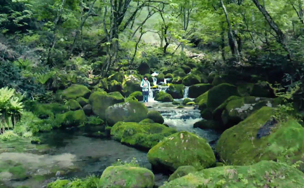 宇多田ヒカル、雪解けの清冽な水が流れる渓谷に佇む。サントリー奥大山の天然水CM