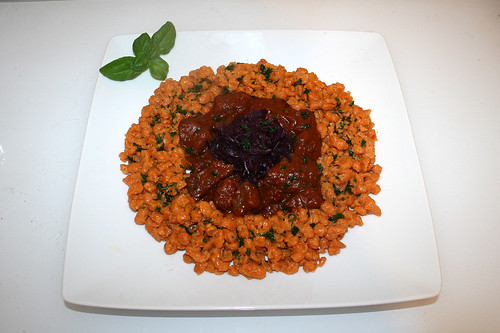 74 - Spicy beef ragout with ginger on bell pepper spaetzle - Served / Pikantes Rinderragout mit Ingwer auf - Serviert