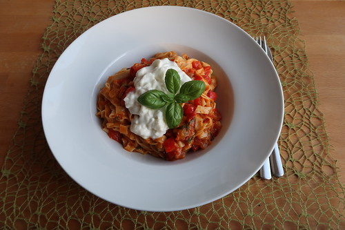 Bandnudeln mit scharfer Tomaten-Paprika-Soße und Mozzarella