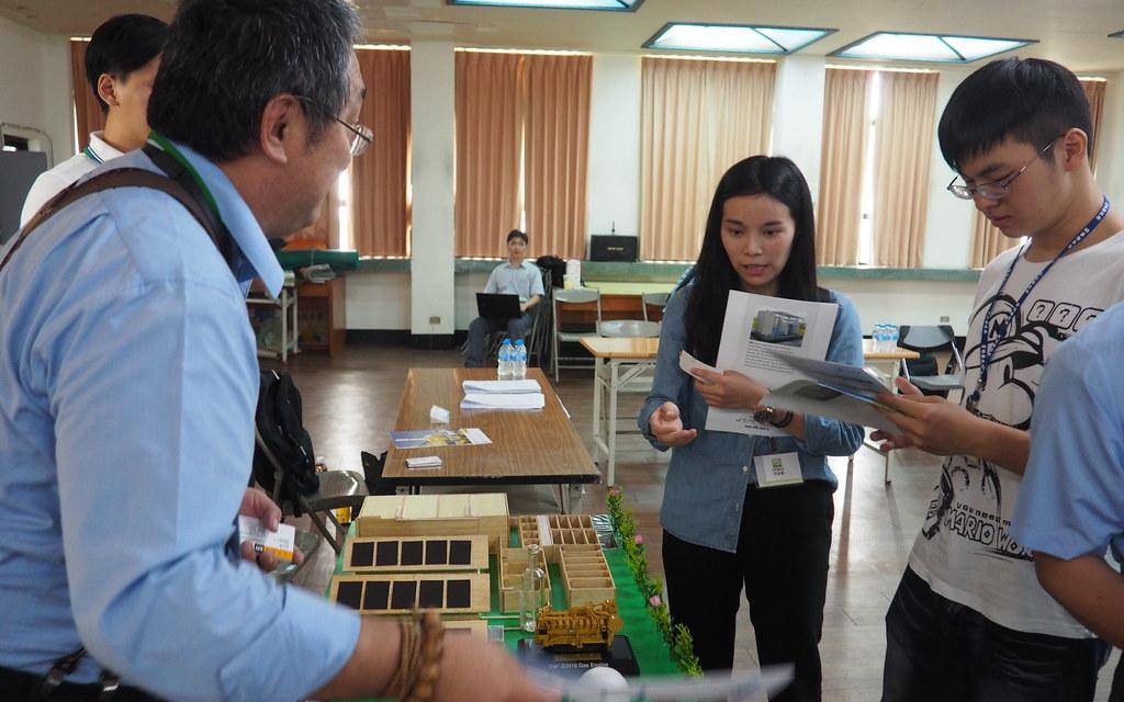 屏東縣政府舉辦沼氣發電說明會,業者在會場向民眾解說沼氣發電的設置。攝影:李育琴。