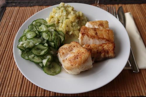 Gebratener Kabeljau mit Gurken- und Kartoffelsalat