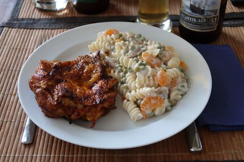 Entbeinte Hähnchenschenkel vom Grill zu Nudelsalat