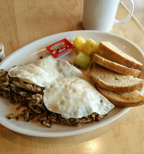 This was breakfast at Caplansky's Deli at Toronto Pearson when I flew from Québec to Vancouver. Smoked meat hash!